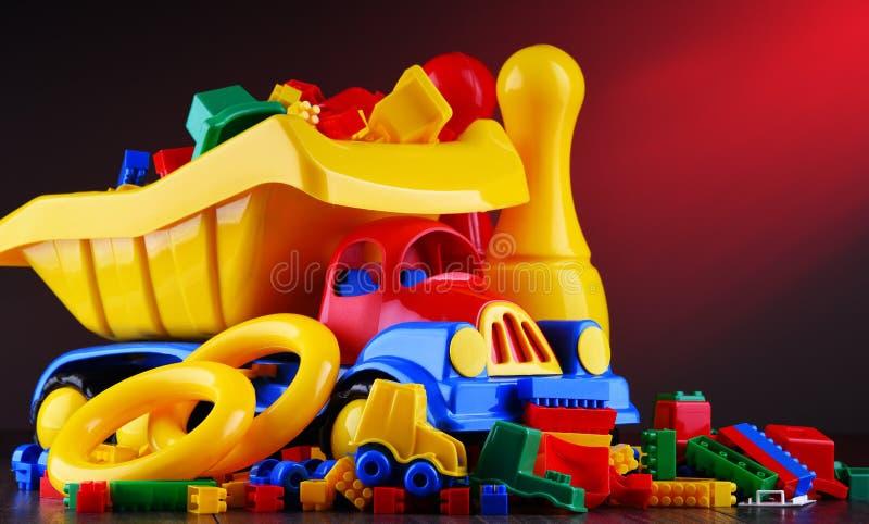 Состав с красочными пластичными игрушками детей стоковое фото