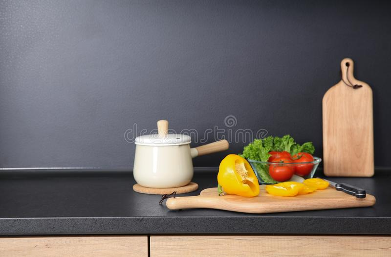 Состав с kitchenware и продукты на countertop стоковое фото rf