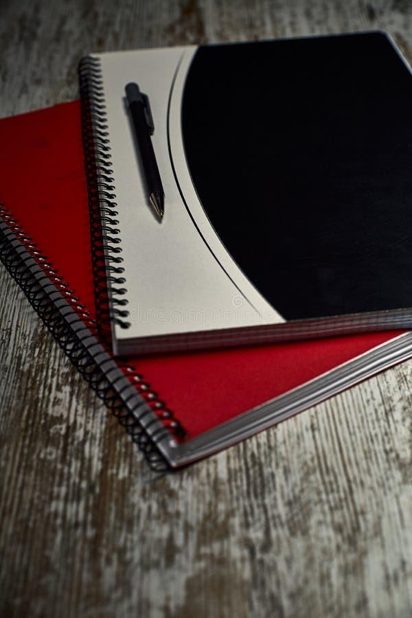Состав 2 тетрадей и ручки стоковое фото