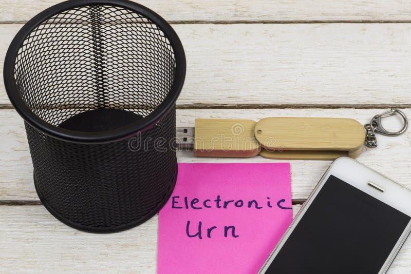 Сотовый телефон и внезапный привод около со словами: Электронная урна стоковая фотография rf