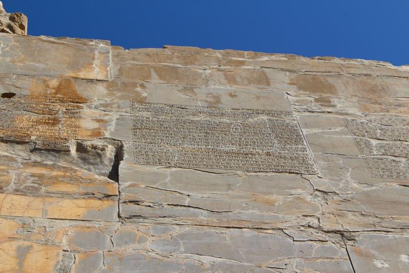 Сочинительства в клинописном на стенах Persepolis стоковое фото