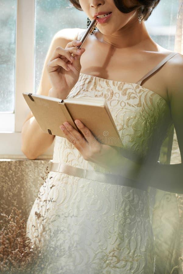 Сочинительство женщины Gorgoues в дневнике стоковые изображения rf