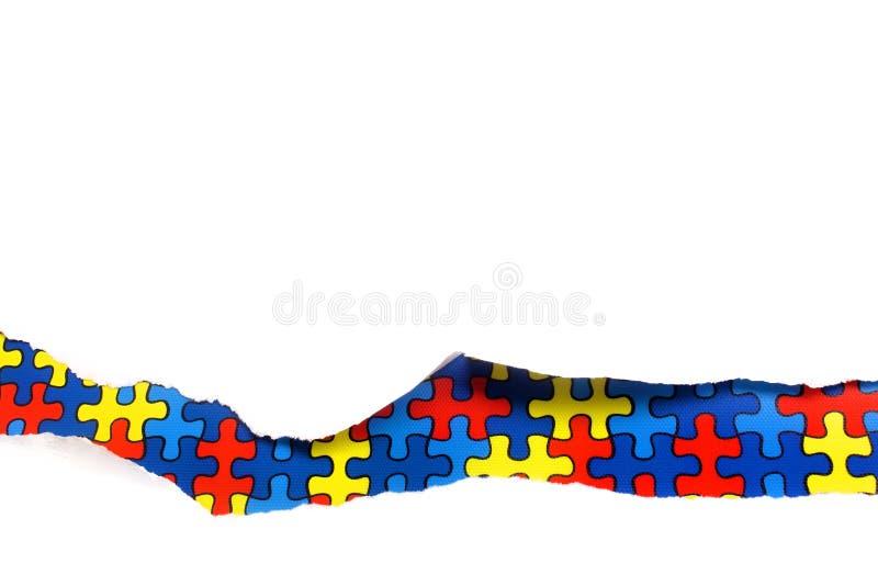 Сорванная белая бумага на пестротканой предпосылке головоломки Cocept на день осведомленности аутизма Барьеры пролома совместно д стоковые изображения