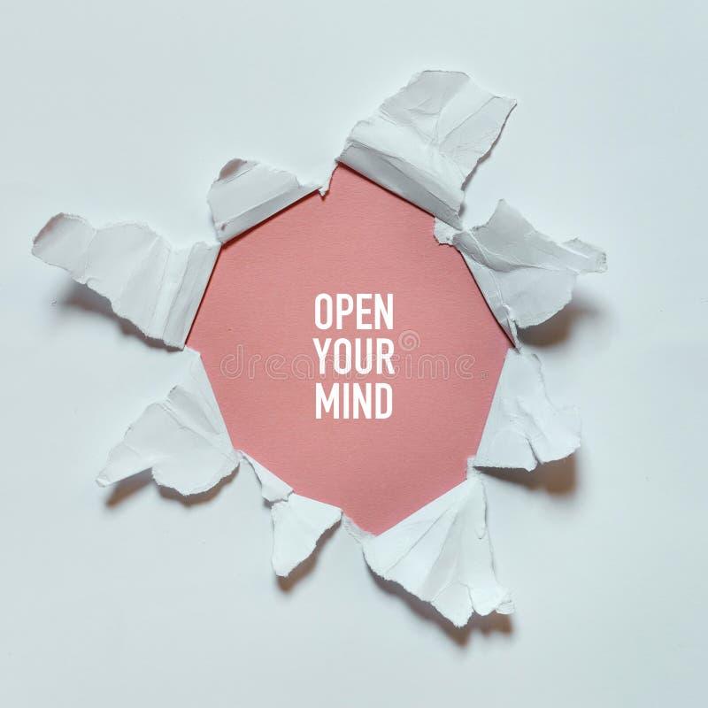 Сорванное отверстие в белой бумаге с текстом раскрывает ваш разум Концепция видеть мир, путешествовать, открытый ваш разум, творч стоковое изображение