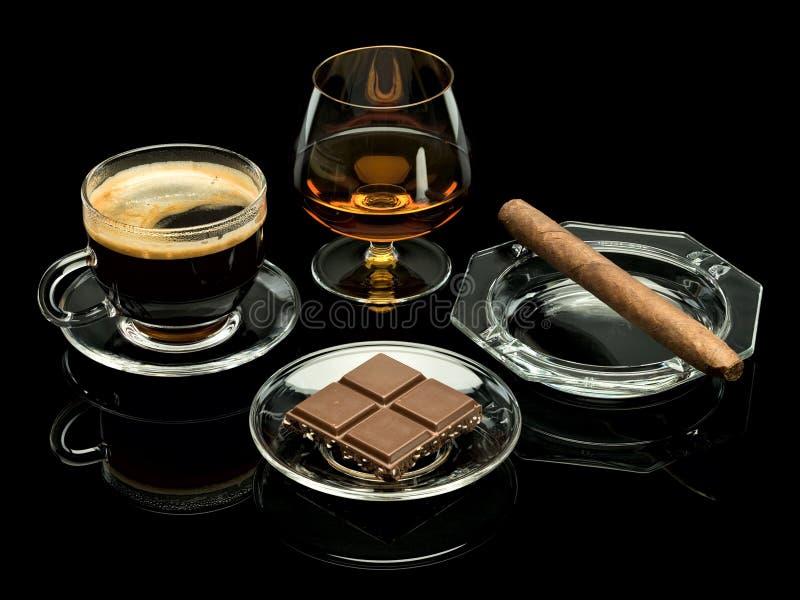 Coñac, cigarro, café, chocolate fotos de archivo