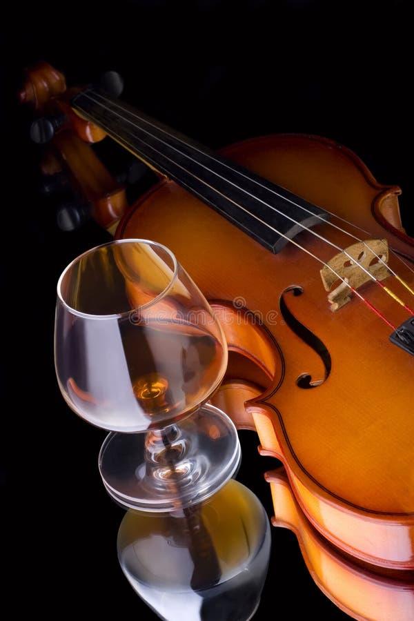 Coñac y violín imagen de archivo libre de regalías