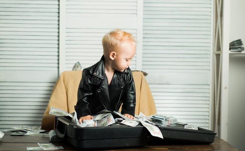 Coûts de jeune entreprise Peu argent de compte de garçon comptant Peu travail d'entrepreneur dans le bureau Enfant de garçon avec photo stock
