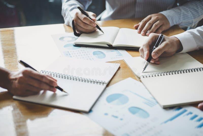 Co工作会议,企业队会议礼物谈论工作分析与财务数据和营销成长报告 免版税库存图片