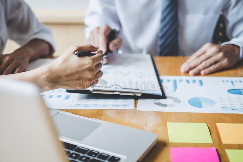 Co工作会议,行政队谈论运作在经营战略和财政计划的图和图表 免版税库存照片