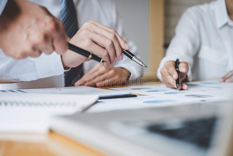Co工作会议,行政队谈论运作在经营战略和财政计划的图和图表 库存图片