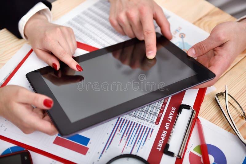 Co-arbeidershanden tijdens bespreking van gegevens stock foto