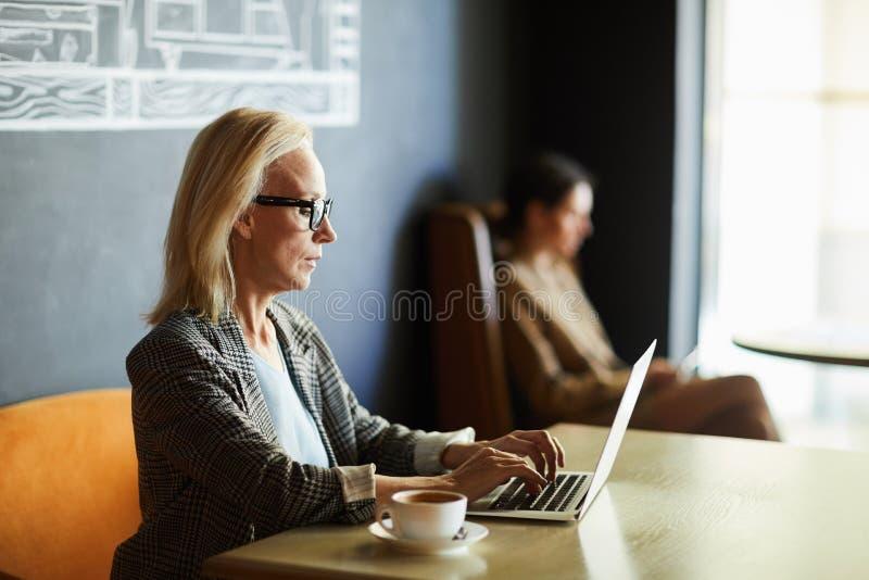 Co-arbete i kaf? royaltyfria foton