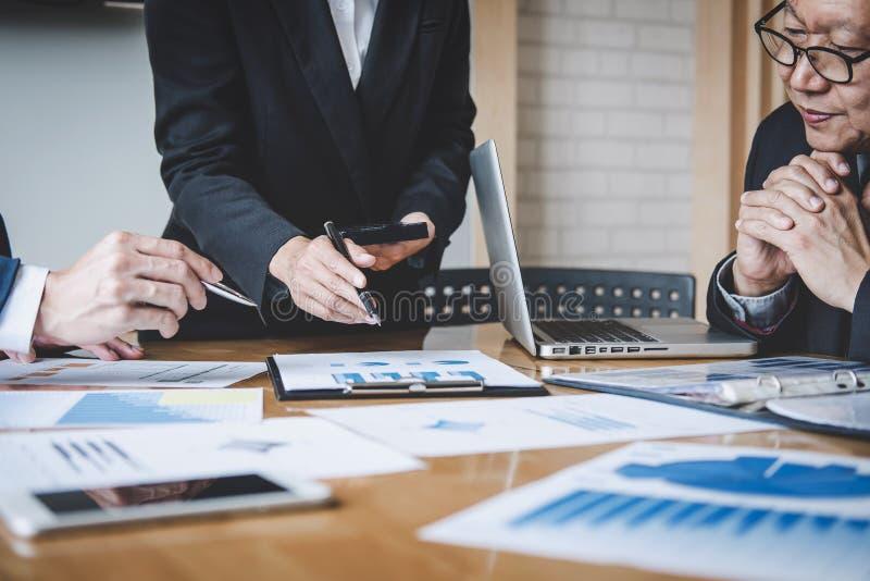 Co-arbetekonferens, aff?rslagkollegor som diskuterar arbeta analys med finansiella data och marknadsf?ra tillv?xtrapportgrafen arkivfoto