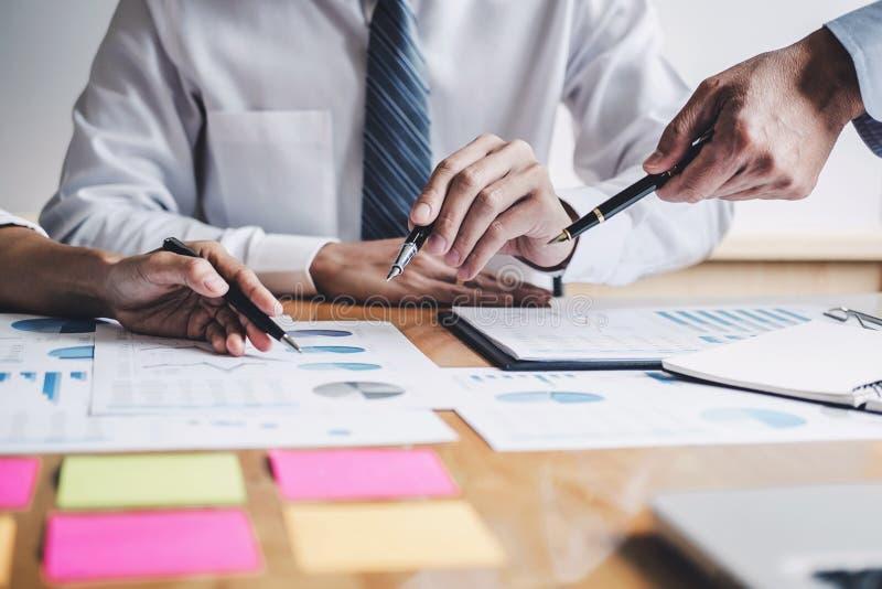 Co-arbetekonferens, ut?vande lag som diskuterar diagrammen och graferna som arbetar i aff?rsstrategi och finansiellt plan till arkivbilder