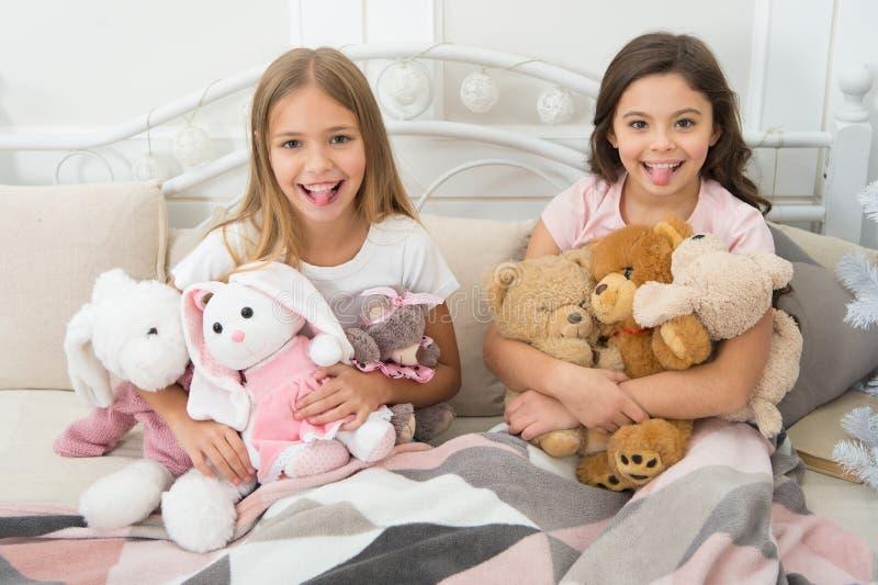 Co był niegrzeczny w tym roku Szczęśliwi dzieciaki w łóżku przy choinką Mali dzieci cieszą się boże narodzenia Mali dzieci fotografia stock