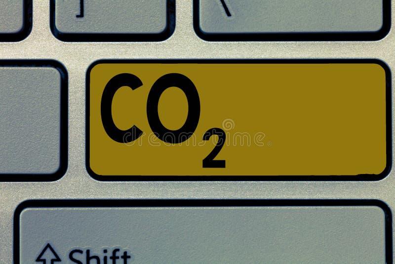 CO2 do texto da escrita Conceito que significa o gás de estufa Noncombustible que contribui ao aquecimento global fotos de stock