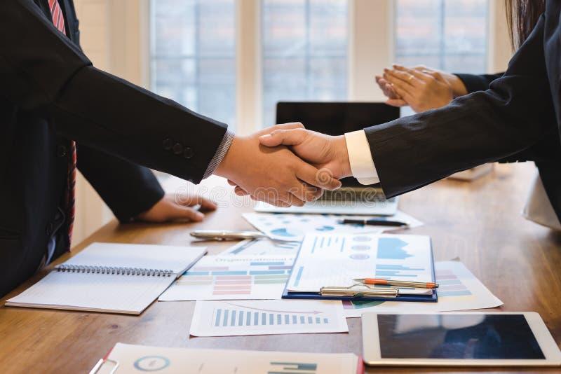 Co-investering bedrijfs schuddende handen succesvolle overeenkomst na grote vergadering royalty-vrije stock afbeeldingen