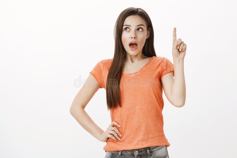 Co Jeżeli Kreatywnie z podnieceniem caucasian żeński uczeń, podnoszący palec wskazującego i przyglądającego up, opuszczający szcz fotografia stock