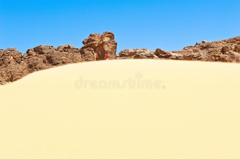 Co jest jego sposobem? - pojedynczy mężczyzna w pustyni Sahara zdjęcie royalty free