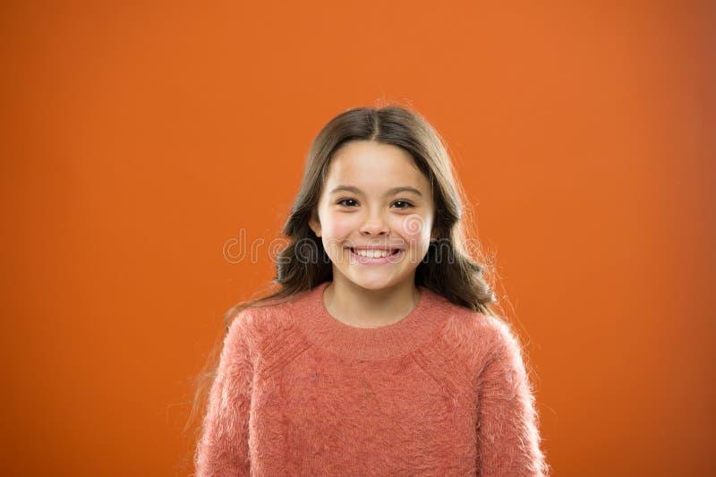 Co jest różnicą między nieprawdziwym i szczerym uśmiechem Jaki nauka musi mówić o prawdziwych i sfałszowanych uśmiechach Dziecko  zdjęcia royalty free