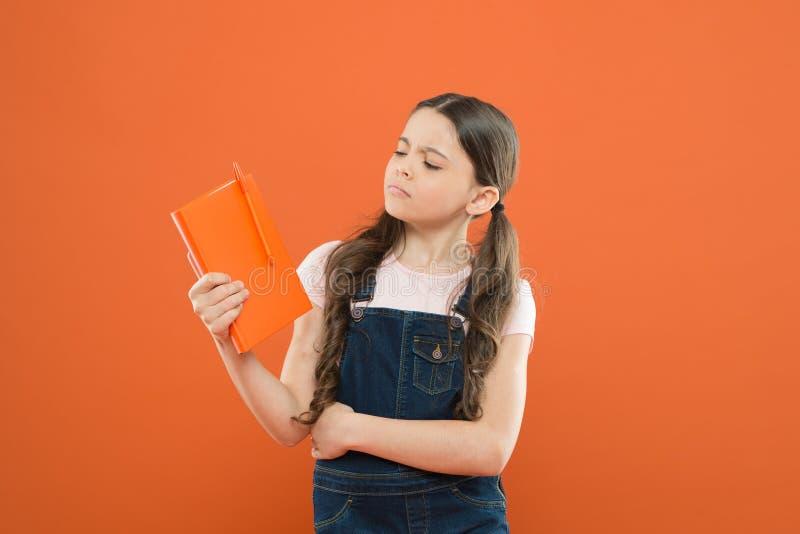 Co jest ten książką wokoło literatury lekcja tylna szko?y szkolna dziewczyna czytająca książka na pomarańczowym tle poezja i powi zdjęcia royalty free