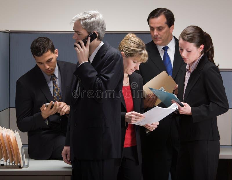 co kryzysu kabinki spotkania pracownicy obrazy royalty free