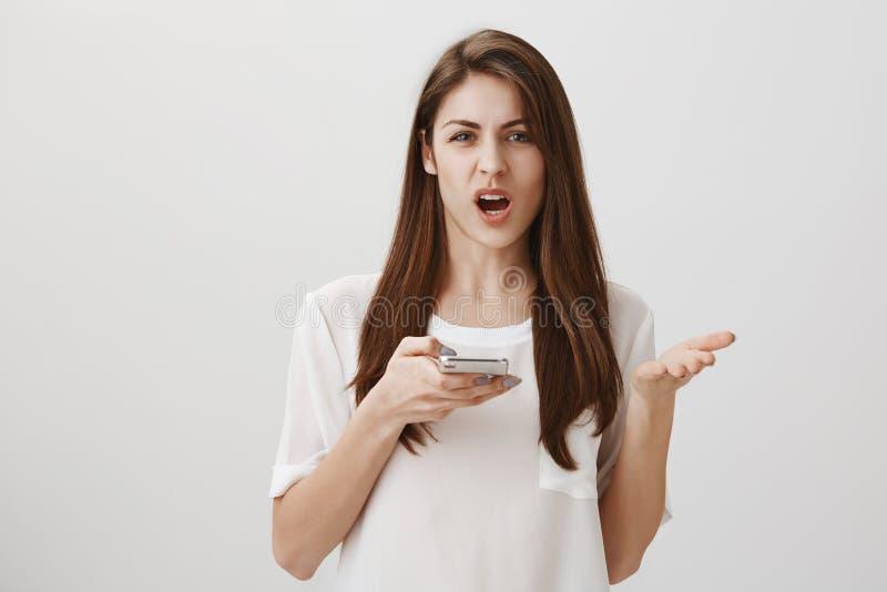 Co może robić taki głupim błędom w pisowni Portret gniewny i dokuczający atrakcyjny żeński bizneswomanu mienie zdjęcia stock
