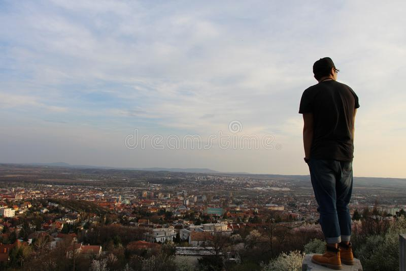Co są wewnętrznymi monologami ludzie patrzeje nad wzgórzami? fotografia royalty free