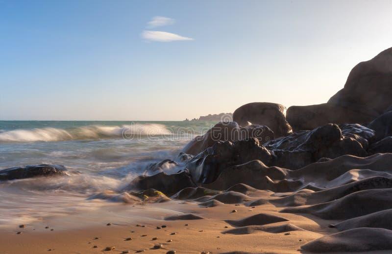 Co Thach skały plaża z fala w światło słoneczne ranku zdjęcia stock