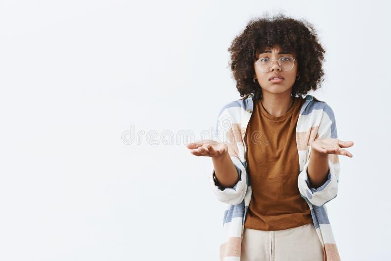 Co ty chcieć mówisz ja desperacka smutna i ponura amerykanin afrykańskiego pochodzenia kobieta w przejrzystych szkłach z kędzierz zdjęcie royalty free