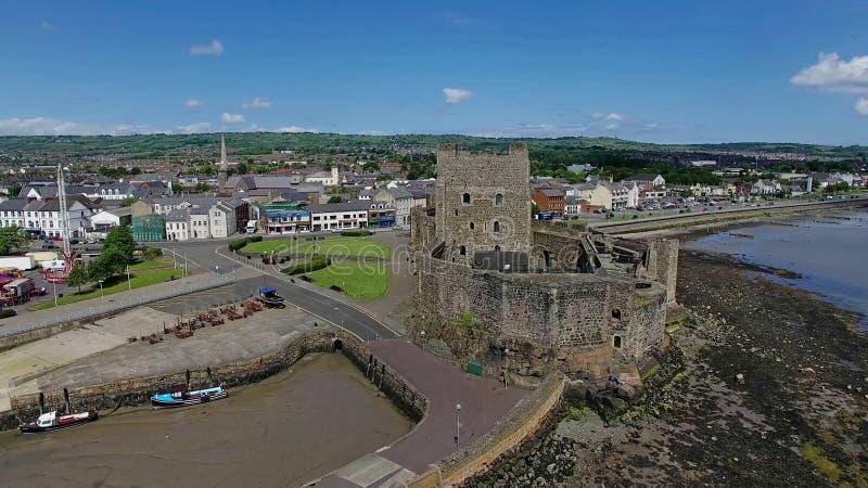 Co van het Carrickfetguskasteel Antrim Noord-Ierland met blauwe hemelruimte als achtergrond voor het exemplaar van de redacteurst royalty-vrije stock foto's