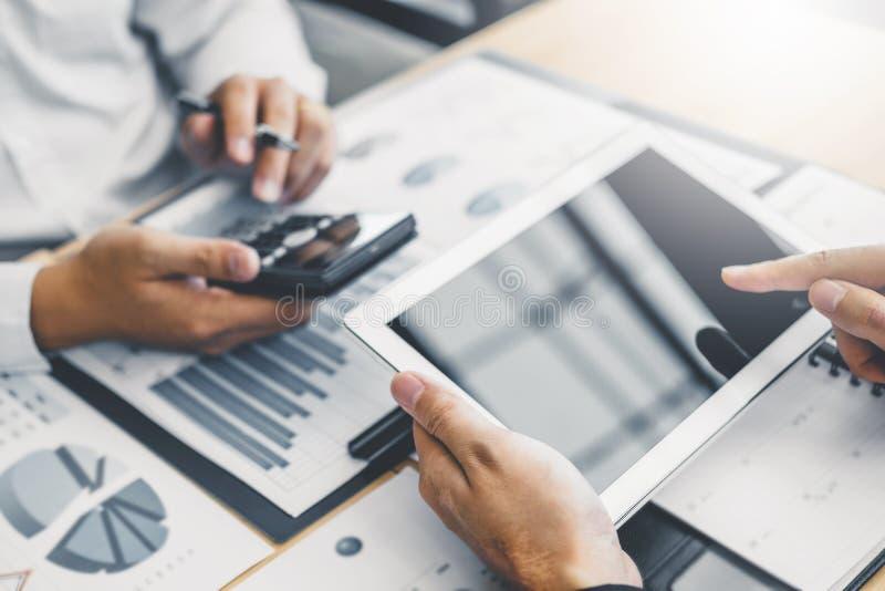 Co-werkende Commerciële Teamvergadering Planning met digitale de Analyseinvestering van de tabletstrategie en het bewaren van con stock foto's