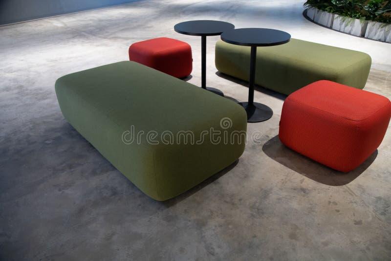 Co-werkende Ruimte met luxe comfortabel ontwerp voor het werk stock afbeeldingen