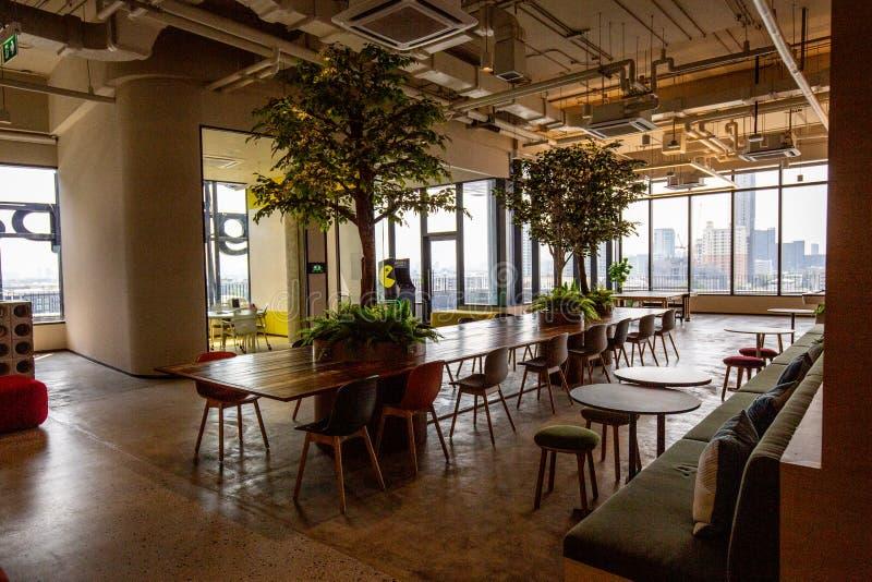 Co-werkende Ruimte met luxe comfortabel ontwerp voor het werk royalty-vrije stock afbeelding