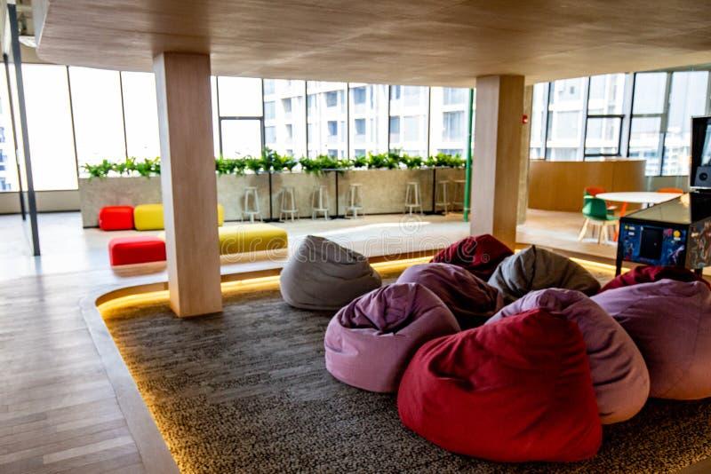 Co-werkende Ruimte met luxe comfortabel ontwerp voor het werk stock fotografie