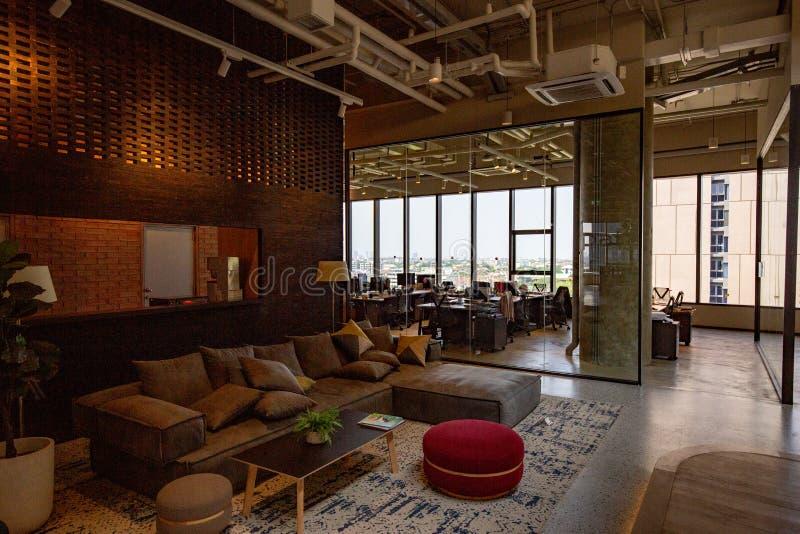 Co-werkende Ruimte met luxe comfortabel ontwerp voor het werk stock foto