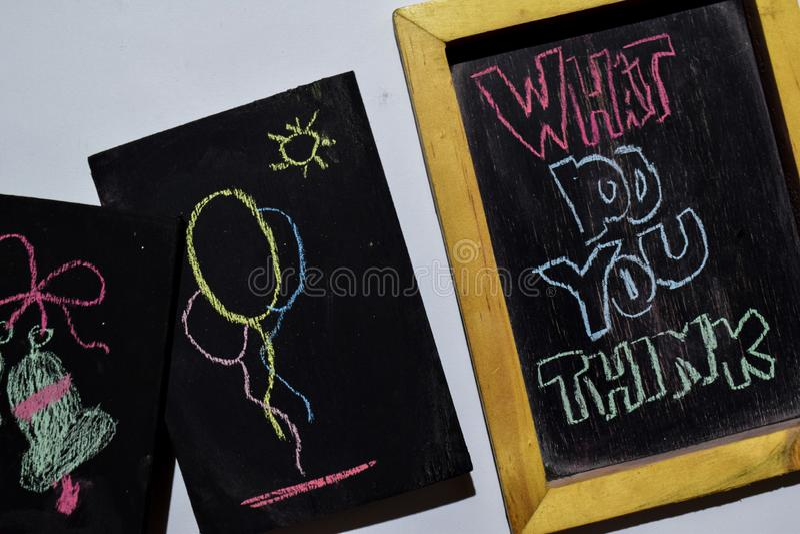 CO WY MYŚLEĆ na zwrota kolorowy ręcznie pisany na blackboard obraz stock