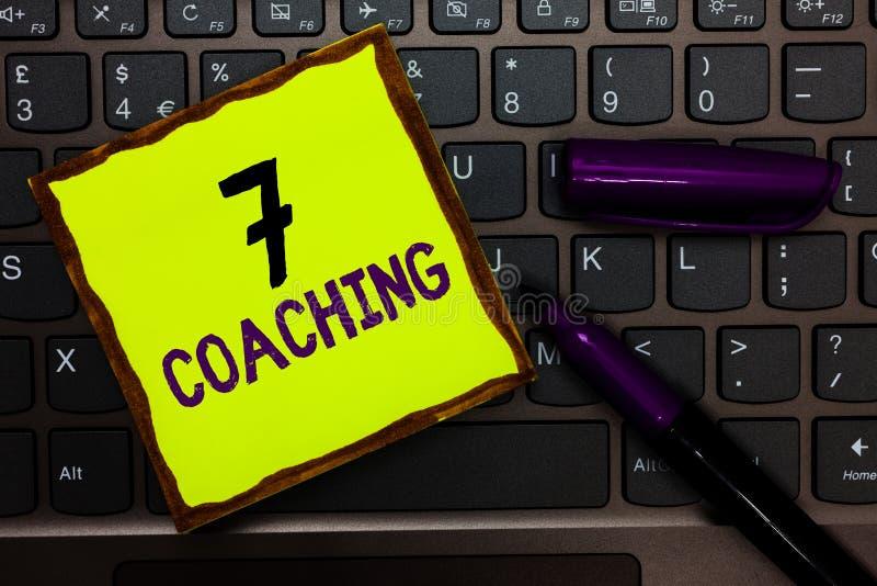 Coachning för handskrifttext 7 Begreppsbetydelsen ser till ett antal diagram angående affär för att vara lyckat keyboar gulingpap royaltyfri bild
