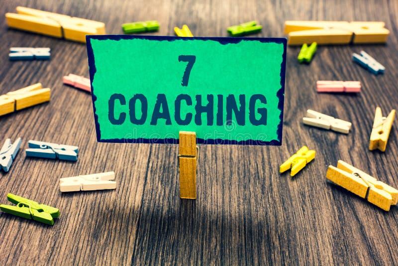 Coachning för ordhandstiltext 7 Affärsidé för Refers till ett antal diagram angående affären som är lyckad klädnypahol royaltyfri fotografi