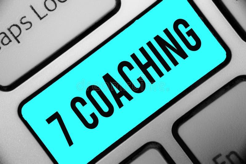 Coachning för ordhandstiltext 7 Affärsidé för Refers till ett antal diagram angående affären som är lyckad tangentbordblått fotografering för bildbyråer