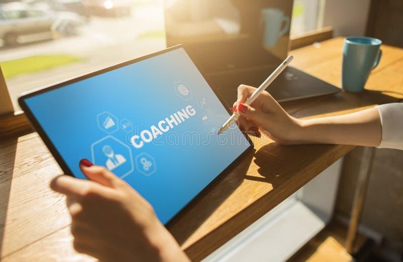Coachning- och mentoringbegrepp på skärmen Självutveckling och personlig tillväxt arkivfoton