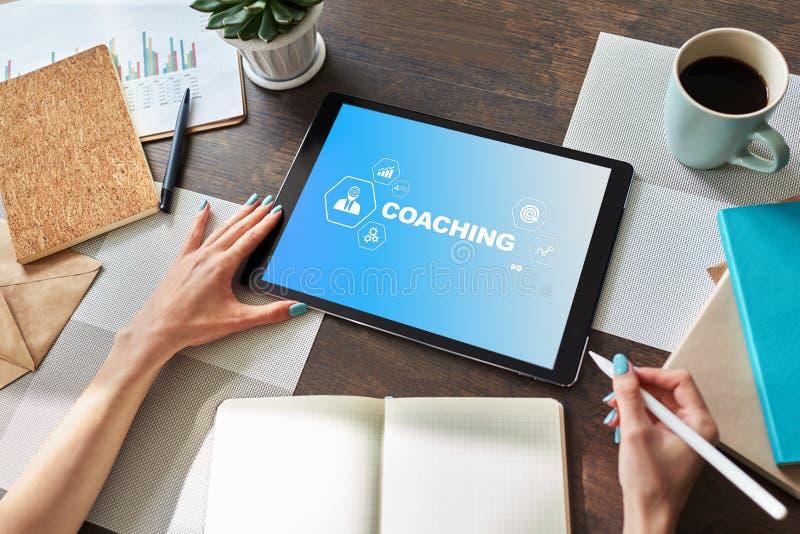 Coachning- och mentoringbegrepp på skärmen Självutveckling och personlig tillväxt royaltyfria bilder