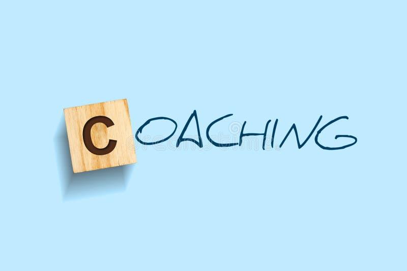 coachning Ord som ?r skriftliga p? ett tr?kvarter background card congratulation invitation isolerat arkivfoto