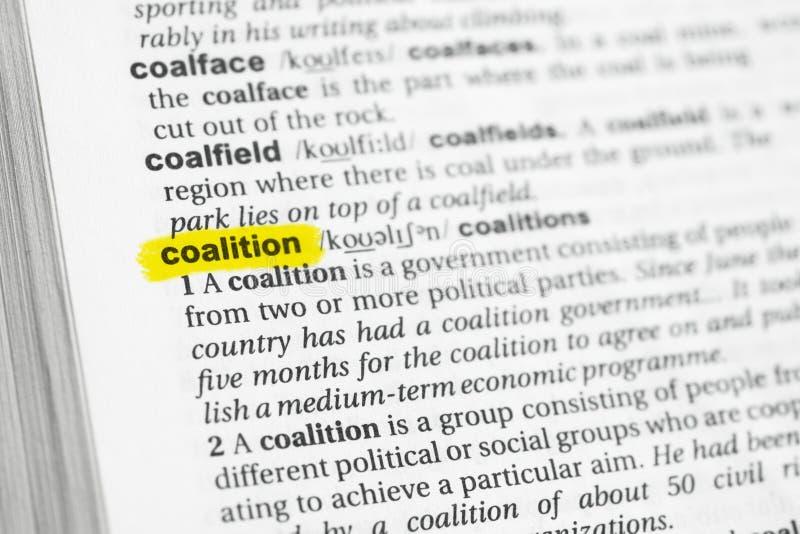 Coalizione inglese evidenziata di parola e la sua definizione al dizionario immagine stock libera da diritti