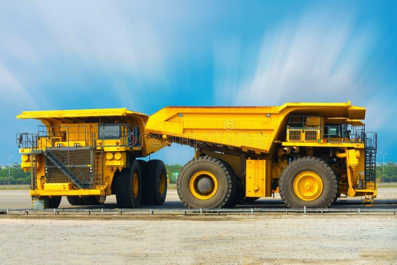 Coalmininglastbil på parkeringsstången, toppen dumper, tung equipm arkivbilder
