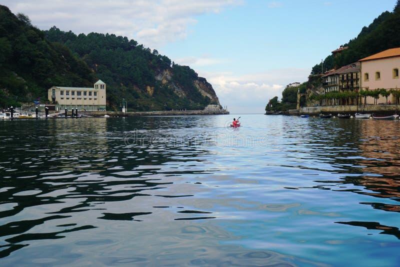 Coanoe sur la baie de Pasaia dans le pays Basque photos stock