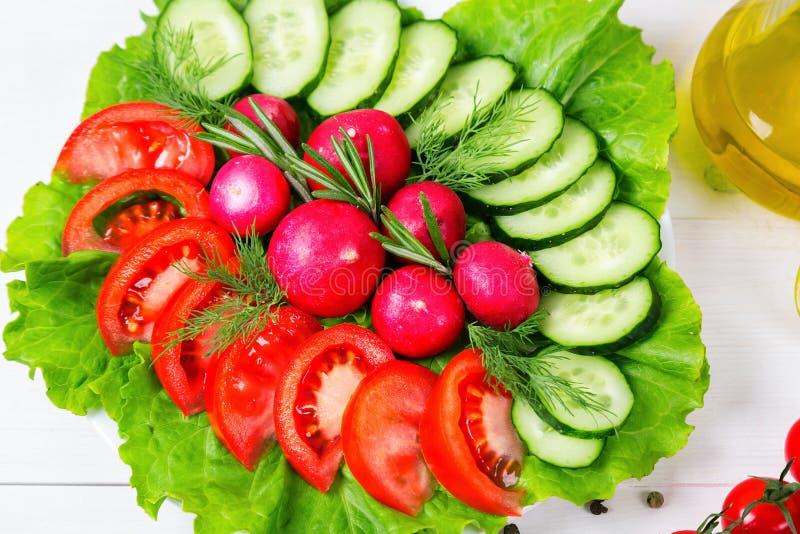 Coarsely siekający ogórek, pomidor, rzodkiew i sałata świezi, - świeża sałatka obraz stock