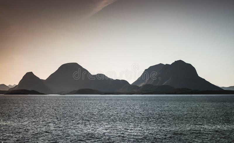 Coasal berg, naturligt norskt landskap royaltyfria bilder