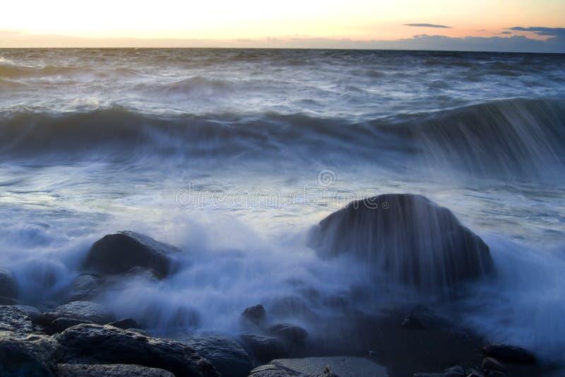 Coastaline bij vroege avond stock foto's