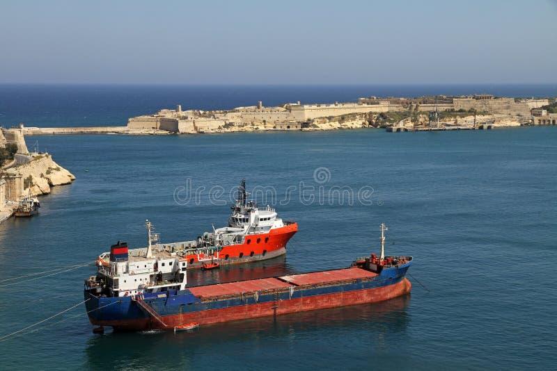 Coaster e tugboat em Valletta foto de stock